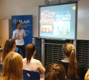 SchülerInnen im Gespräch mit Flüchtlingen Alzey 17.07.2015 III